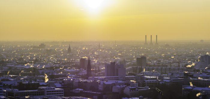 Город на закате солнца