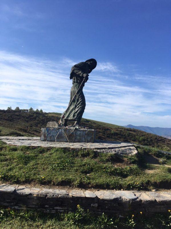 Памятник пилигриму. В средние века Камино ходили с посохом, сейчас с треккинговыми палками.
