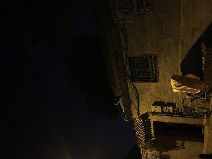 Кошка на крыше одного из жилых домов в хутунах