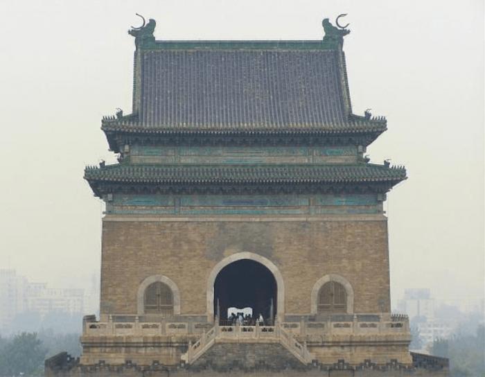 Вид на колокольную башню в Пекине