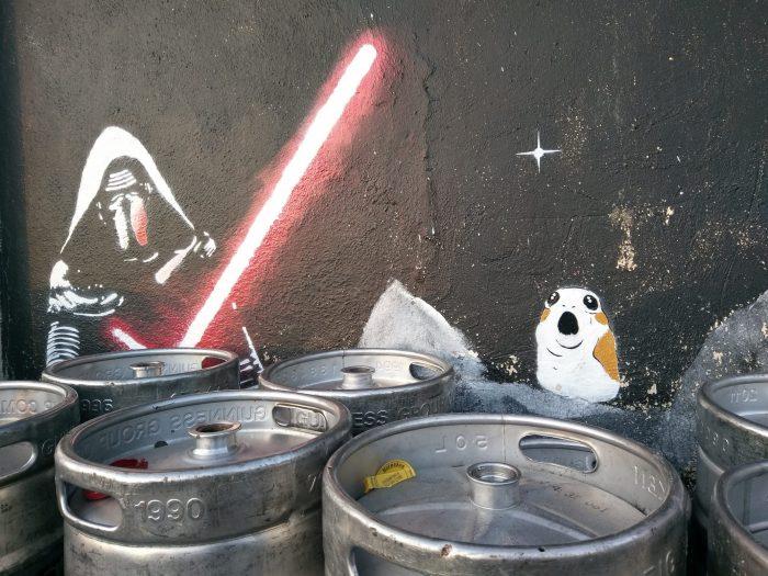 Кайло Рен тщательно охраняет кеги с пивом