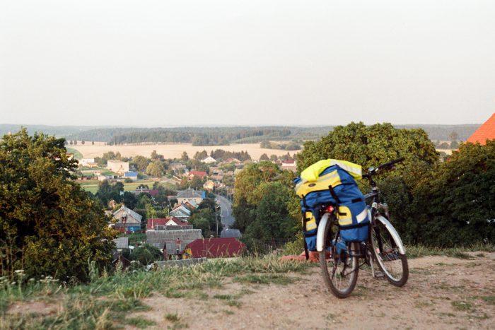Одинокий велосипед смотрит на Новогрудок с Горы Миндовга