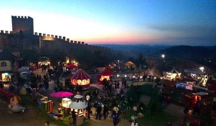 Вид на вечернюю рождественскую деревню с крепостной стены