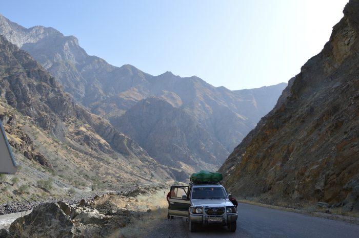 Слева течет р. Пяндж, а за ним Афганистан.