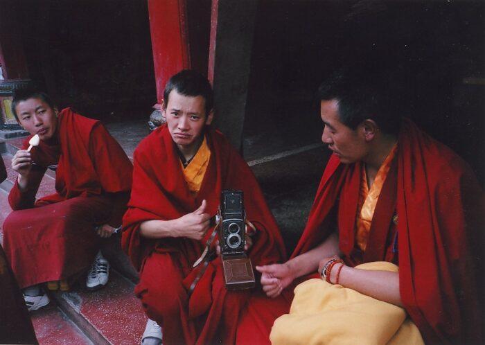 Буддийские монахи осваивают фотокамеру